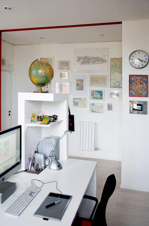 Scrivania ed ingresso: Ingresso & Corridoio in stile  di M N A - Matteo Negrin