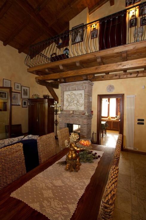 Casale Rustico: Soggiorno in stile in stile Rustico di  Interior Design Stefano Bergami