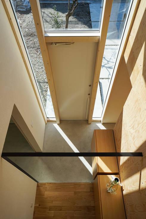 南常三島のいえ: CALL SPACE DESIGNが手掛けた廊下 & 玄関です。