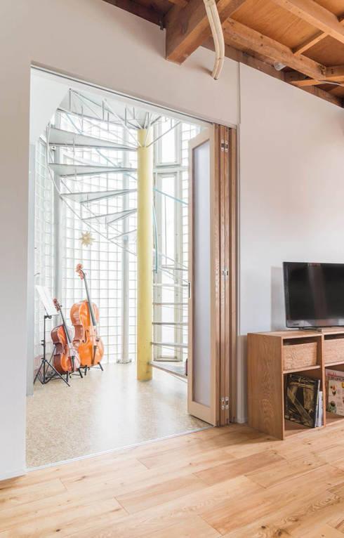 吉祥寺のS邸: VOLOが手掛けた廊下 & 玄関です。