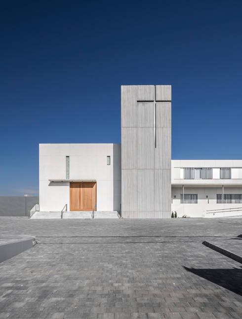 Fachada principal de la iglesia: Casas de estilo moderno de Hernández Arquitectos