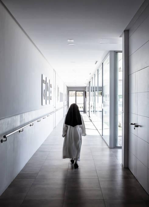 Pasillos: Pasillos y vestíbulos de estilo  de Hernández Arquitectos