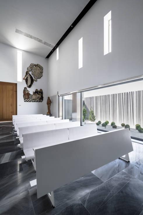 Interior de la iglesia: Salones de estilo moderno de Hernández Arquitectos