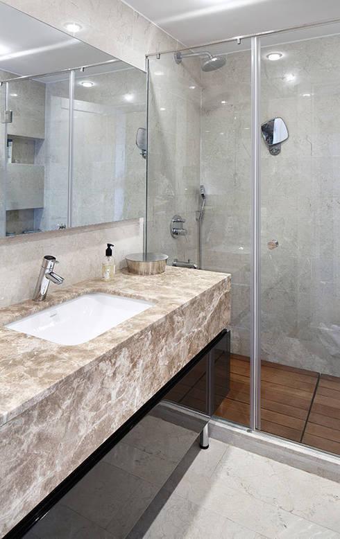 bathroom:  Bathroom by Esra Kazmirci Mimarlik