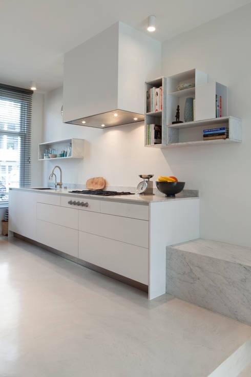 Amsterdam Zuid: minimalistische Keuken door Binnenvorm