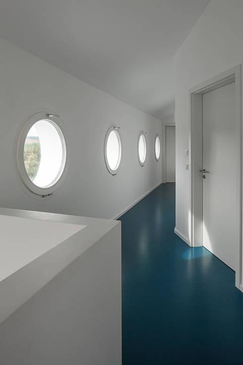 Haus E:  Flur & Diele von Bau Eins Architekten BDA