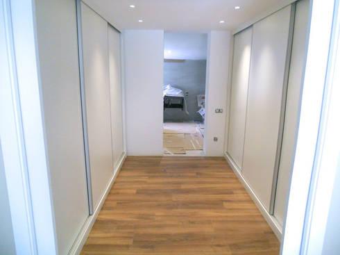 Vestidor a medida con puertas correderas bajo escalera de - Medidas puerta corredera ...