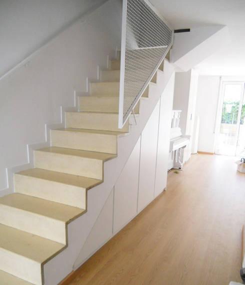 Armario a medida abuhardillado bajo escalera  | Barcelona | Mariela   : Hogar de estilo  de Fusteriamanel.com