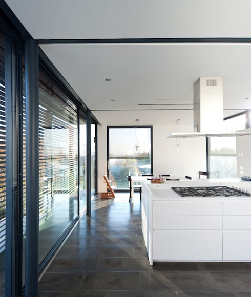 The white kitchen: Cucina in stile  di SARA DALLA SERRA ARCHITETTO
