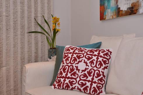 Apartamento Vila Olímpia /SP: Sala de estar  por Renata Romeiro Interiores