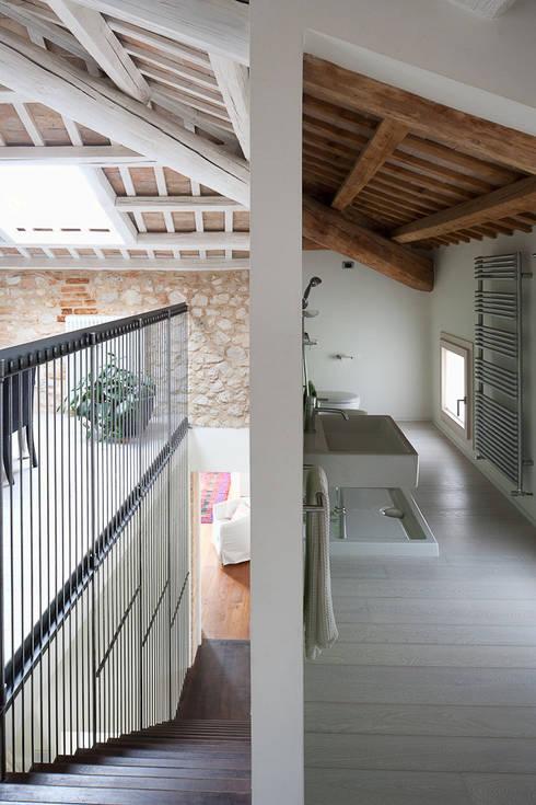 JBHouse: Bagno in stile in stile Moderno di SARA DALLA SERRA ARCHITETTO