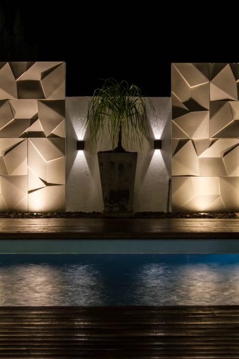 Cenário iluminado : Piscinas minimalistas por MOWA ARQUITECTURA