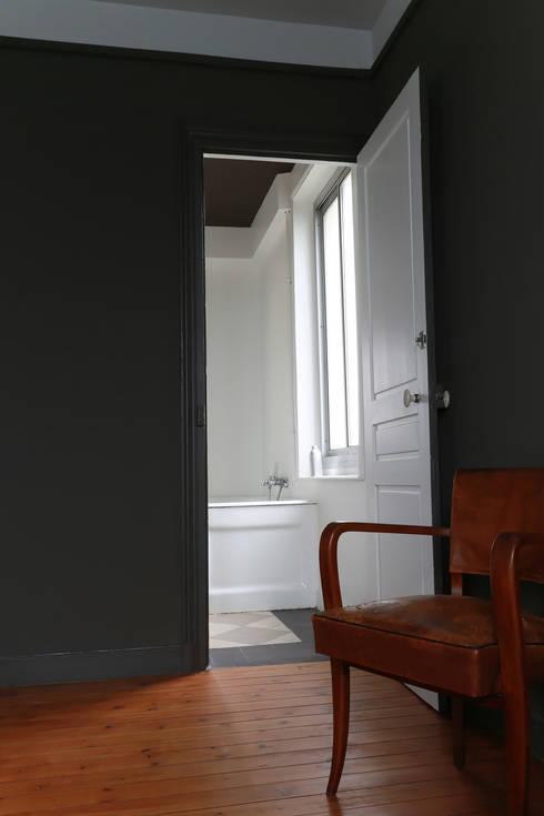 chambre: Chambre de style de style Minimaliste par ALM Archi Design