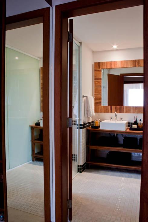 Residência Cond. Porto e Veleiros Ibiúna/SP: Banheiros  por Renata Romeiro Interiores