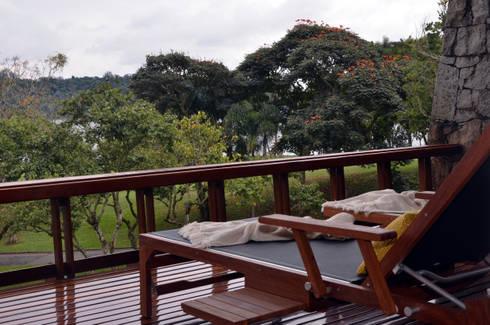 Chalé Clube de Campo de São Paulo: Varanda, alpendre e terraço  por Renata Romeiro Interiores