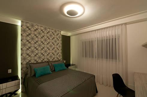 Casa de praia no litoral paulista prima pelo conforto e elegância: Quartos  por Guido Iluminação e Design