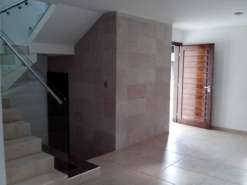 Casa Ped: Salas de estilo moderno por CONSTRUCTORA ARQOCE