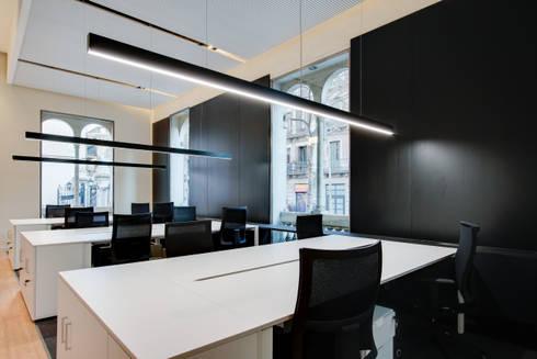 Espacio de trabajo oficina ELIX: Estudios y despachos de estilo minimalista de ELIX