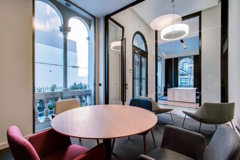 Sala de reuniones oficina ELIX: Estudios y despachos de estilo minimalista de ELIX