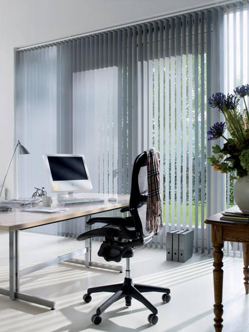 Lamellenvorhänge: moderne Fenster & Tür von Rollomeister