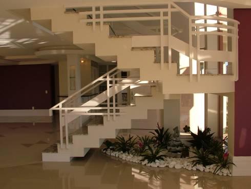 Residência para Descanso: Corredores e halls de entrada  por Escritório de Arquitetura Margit A. Fensterseifer