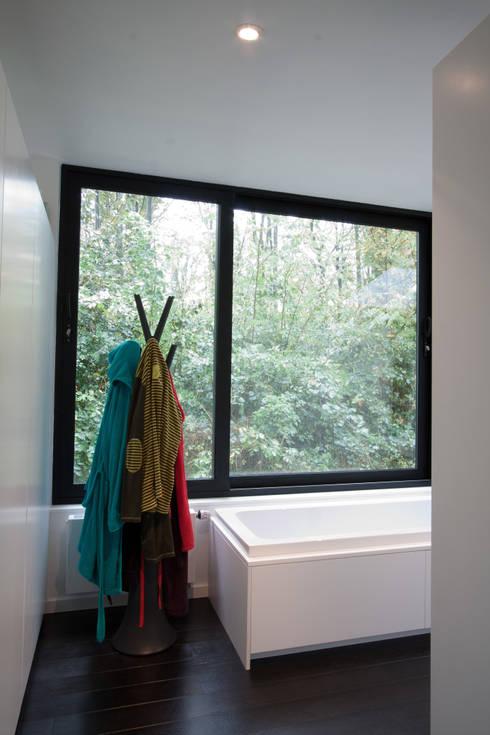 Rodenberg (BEL): Salle de bains de style  par Voltarchitecten