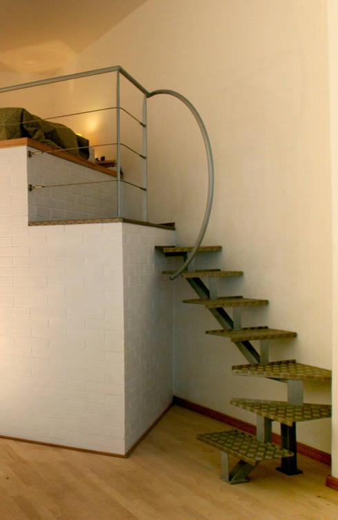 Projekty,  Korytarz, hol i schody zaprojektowane przez Simone Grazzini