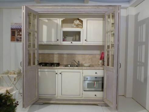 Cucine per piccoli spazi... di LA BOTTEGA DEL FALEGNAME | homify