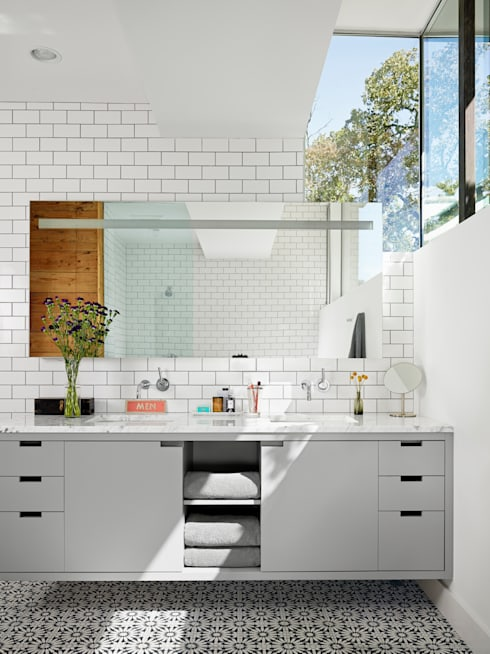 Palma Plaza Residence: modern Bathroom by Hugh Jefferson Randolph Architects