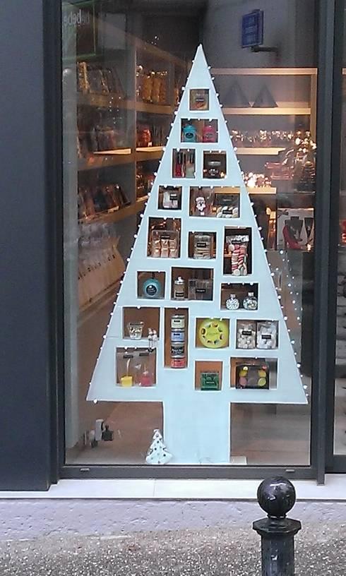 Sapin de Noel: Espaces commerciaux de style  par Carton and CO