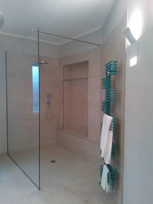 Ristrutturazione  abitazione anni 60/70 Colori neutri e relax!: Bagno in stile  di Inarte Progetti di Lucio Mana