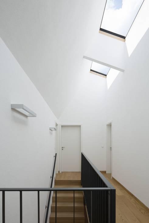 Haus Hiemer:  Flur & Diele von architektur + raum