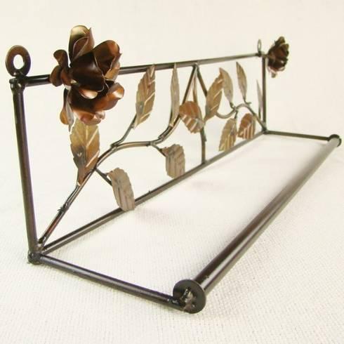Porta Toalha de Banho de Ferro - Flor Betume: Banheiro  por Vida Rústica Artesanato e Decoração