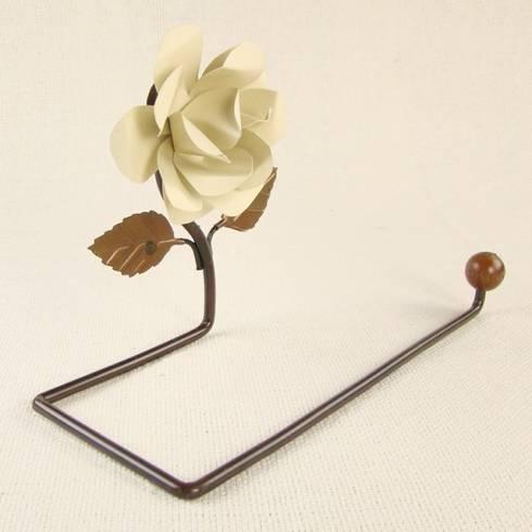 Porta Toalha de Rosto de Ferro - Flor Marfim: Banheiro  por Vida Rústica Artesanato e Decoração