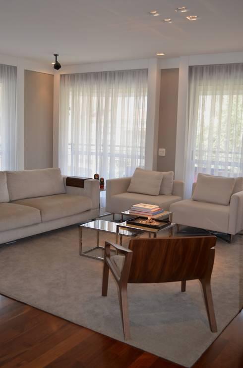 Sala: Salas de estar modernas por Compondo Arquitetura
