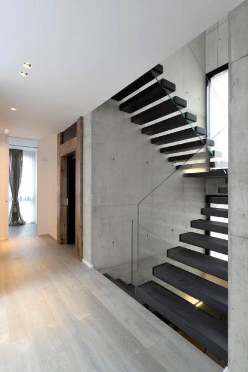 Cantilever stairs - Scala di design a sbalzo : Case in stile  di Interbau