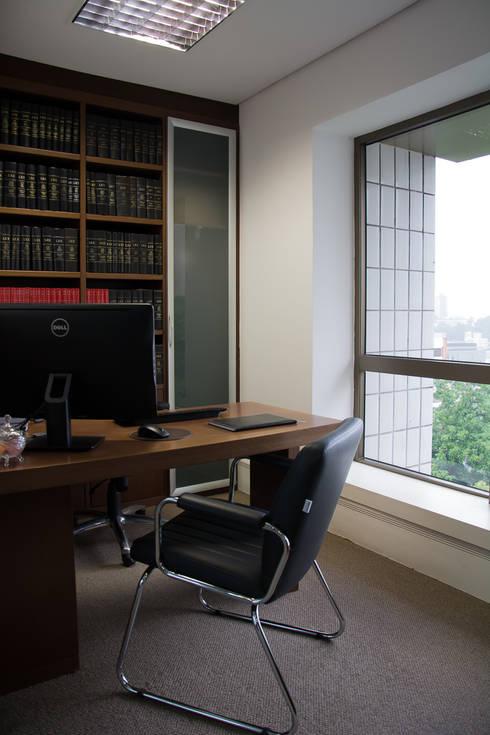 Escritório de Advocacia – Sobriedade, Requinte e Praticidade: Espaços comerciais  por Carolina Burin Arquitetura Ltda
