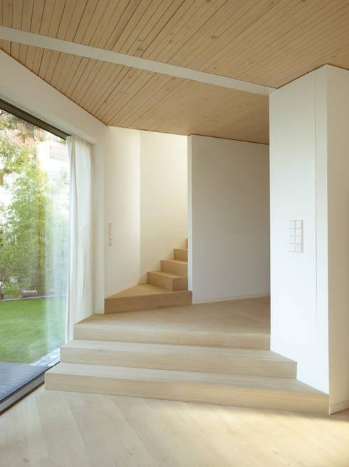 Haus K2:  Flur & Diele von Bottega + Ehrhardt Architekten GmbH