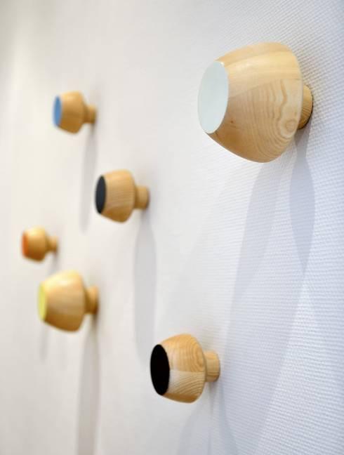 Kleiderhaken/Wandhaken: moderne Ankleidezimmer von Bcomwood