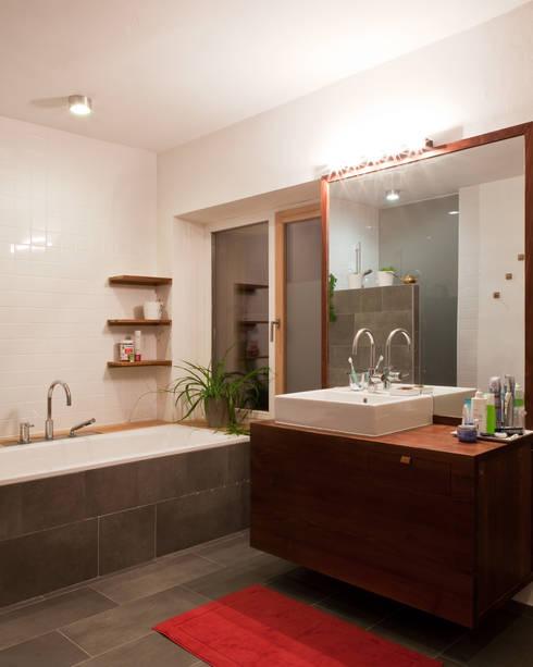 Transformation zum Zweiparteienhaus:  Badezimmer von Architekt Daniel Fügenschuh ZT GMBH
