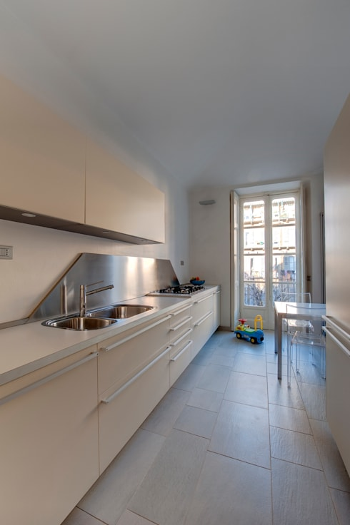CASA T - 2010 TORINO: Cucina in stile in stile Moderno di POINT. ARCHITECTS