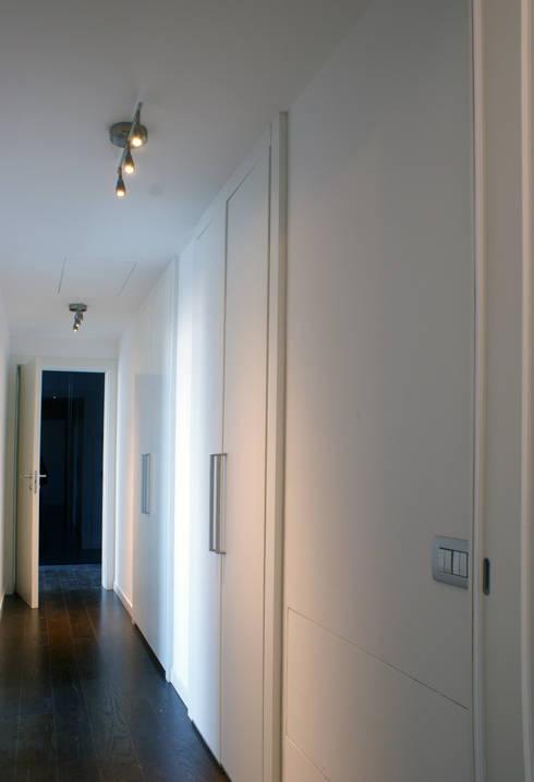 corridoio attrezzato: Ingresso, Corridoio & Scale in stile in stile Moderno di Gaia Brunello | Photo&HomeStaging