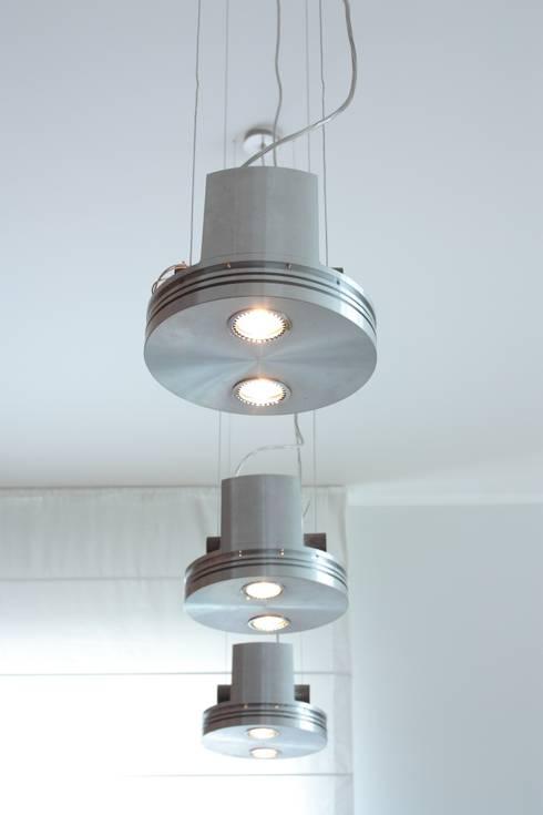 dettaglio illuminazione pranzo: Soggiorno in stile in stile Industriale di Gaia Brunello   Photo&HomeStaging
