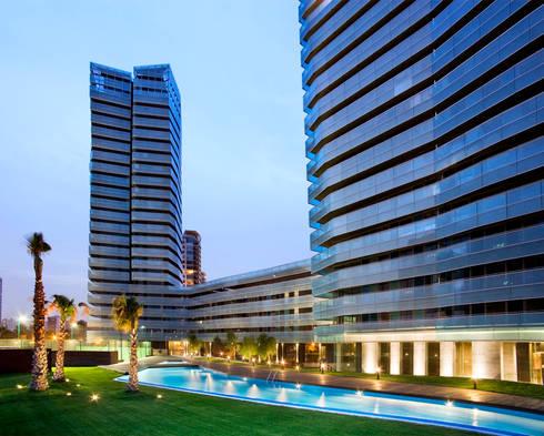 Conjunto residencial Illa del Mar. Barcelona: Casas de estilo moderno de MSA+A   Adolf Martínez/Josep Lluís Sisternas, arquitectes i ass.