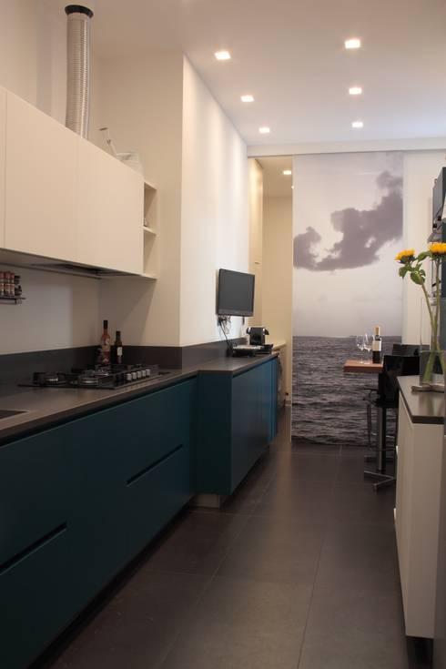cucina con scorcio su lavanderia: Cucina in stile  di Gaia Brunello | Photo&HomeStaging