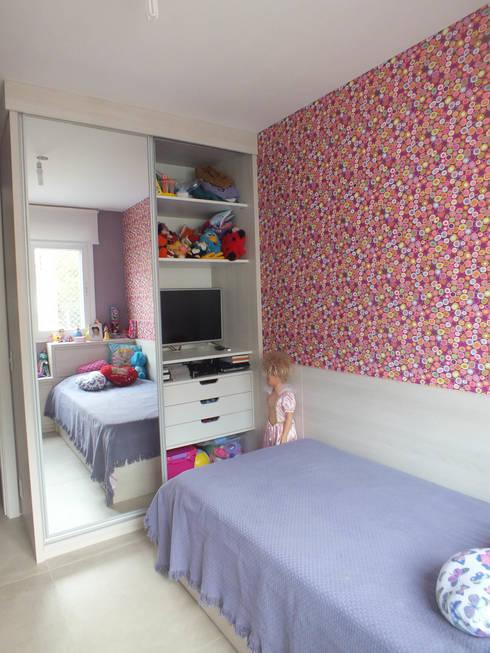 Dormitório menina: Quarto infantil  por Arketing Identidade e Ambiente