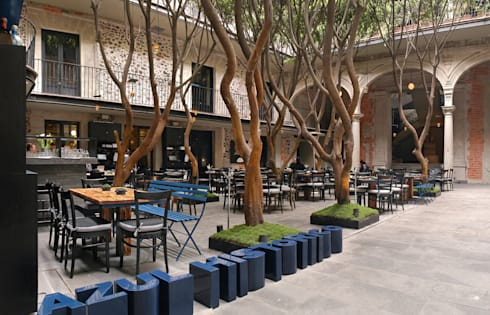 Restaurante Azul Histórico: Comedor de estilo  por kababie arquitectos