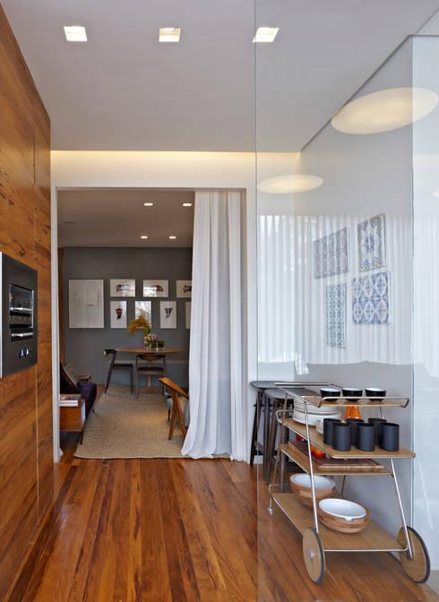 Casa Cor MG 2011: Salas de estar clássicas por Nara Cunha Arquitetura e Interiores