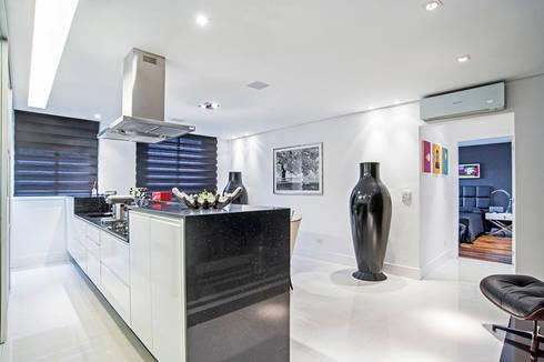 Apartamento masculino em Curitiba: Cozinhas modernas por Evviva Bertolini
