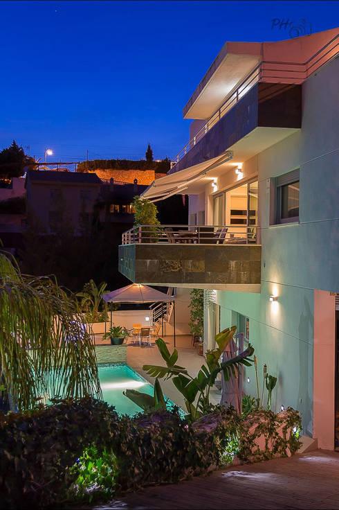 Piscina y fachada: Casas de estilo  de Hansen Properties